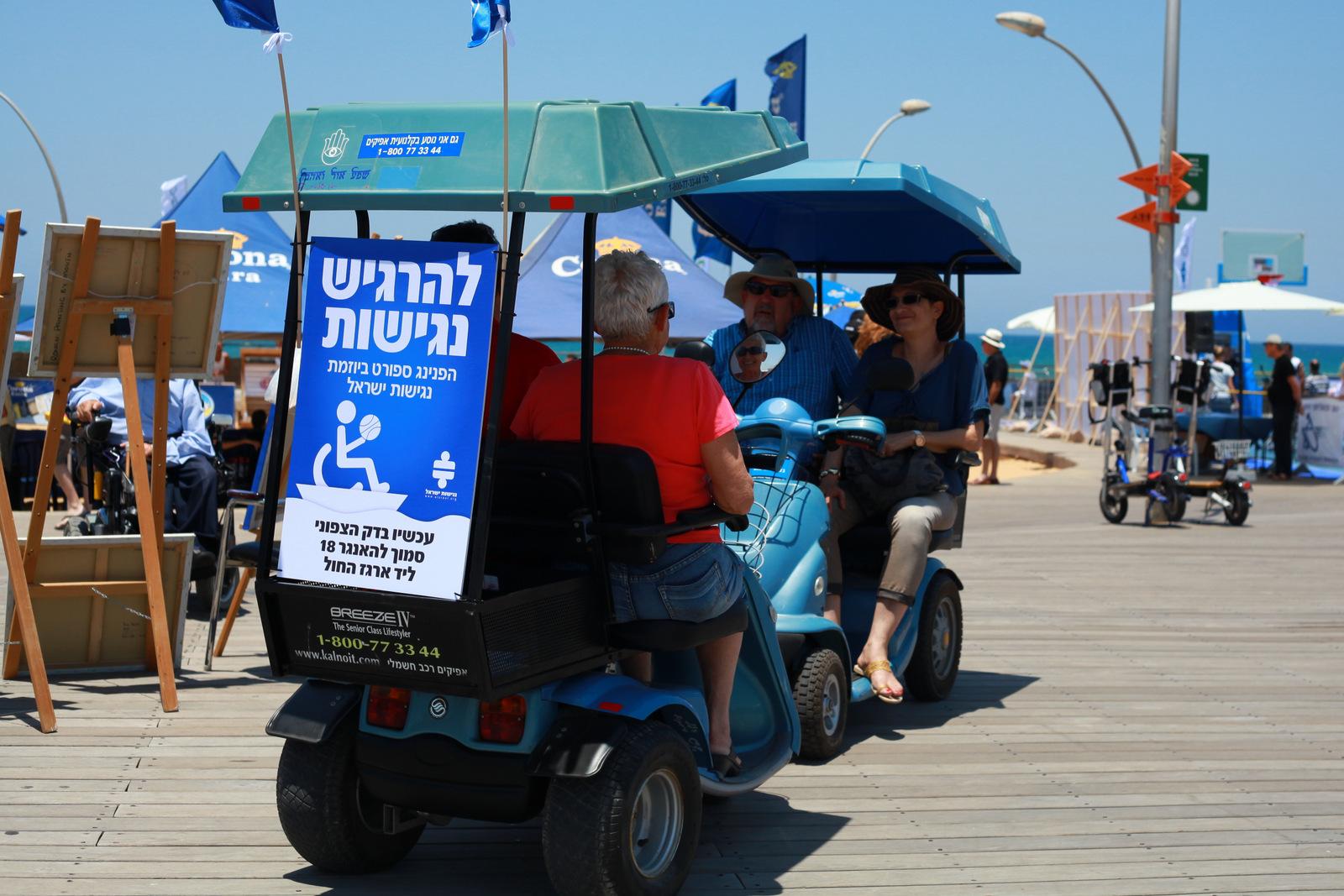קלנועיות מסתובבות בין התחנות בנמל