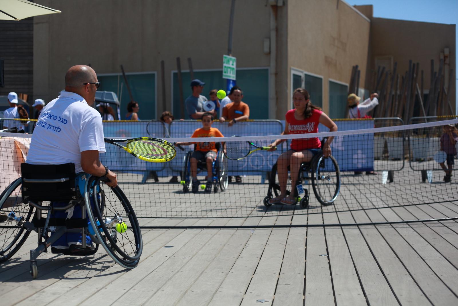 תחנת טניס על כיסאות גלגלים בנמל