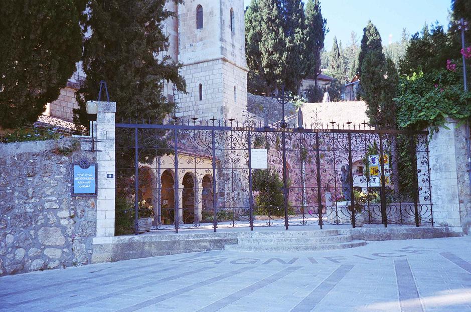 כנסיית הביקור. האם השער ייפתח לנכים? ולמה אין רמפה