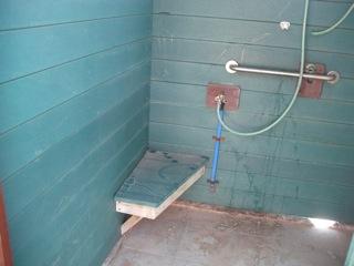 מקלחת לנכים במבנה עצמאי