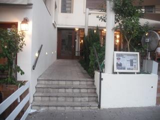 מדרגות אל הכניסה