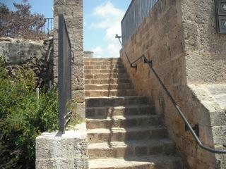 מדרגות בדרך למוזיאון