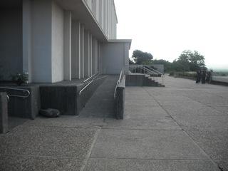 מדרגות ורמפה בכניסה