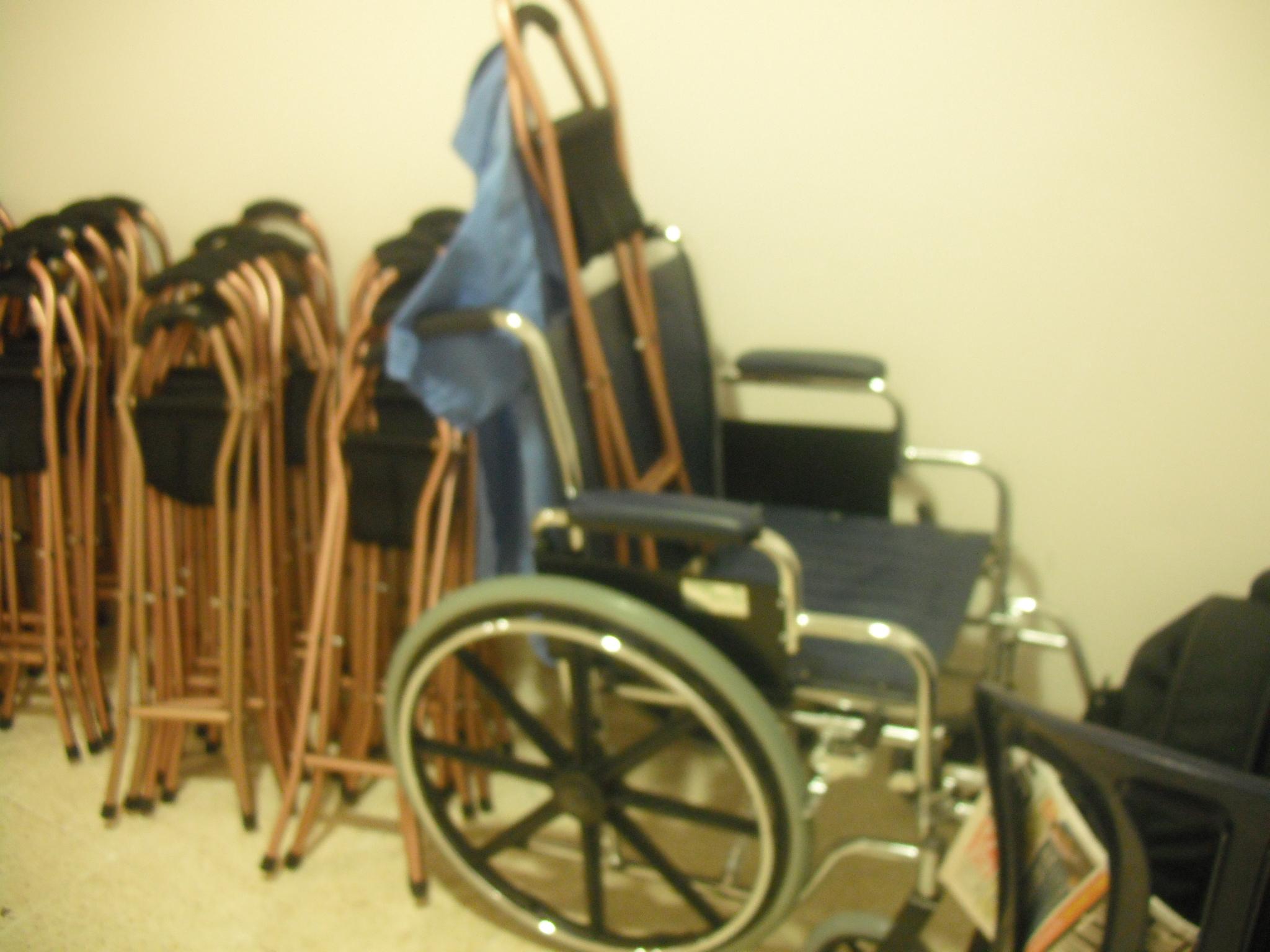 כסא גלגלים ומושב נישא להשאלה