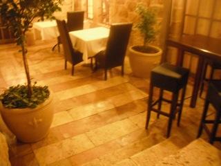 מדרגות מהכניסה אל המסעדה