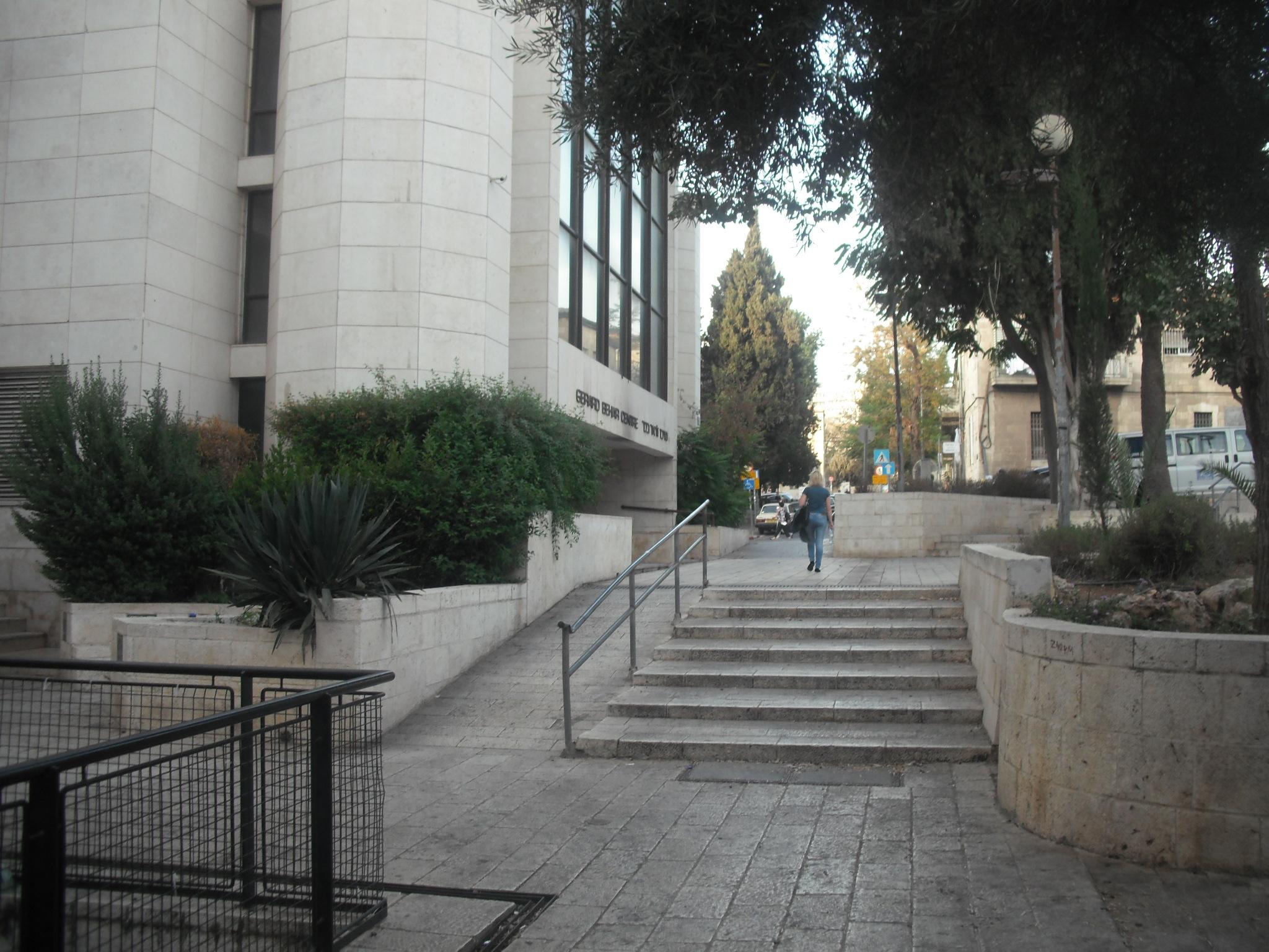 מדרגות ורמפה בדרך לקופה והכניסה