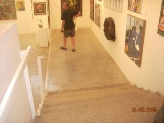 מדרגות בין אולמות