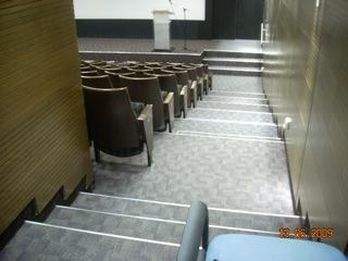 """מדרגות באולם לא נגיש לכ""""ג"""