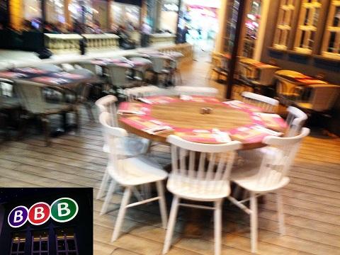שולחן במקום
