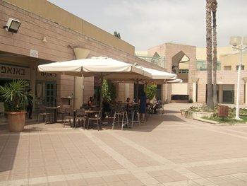 במרכז המסחרי