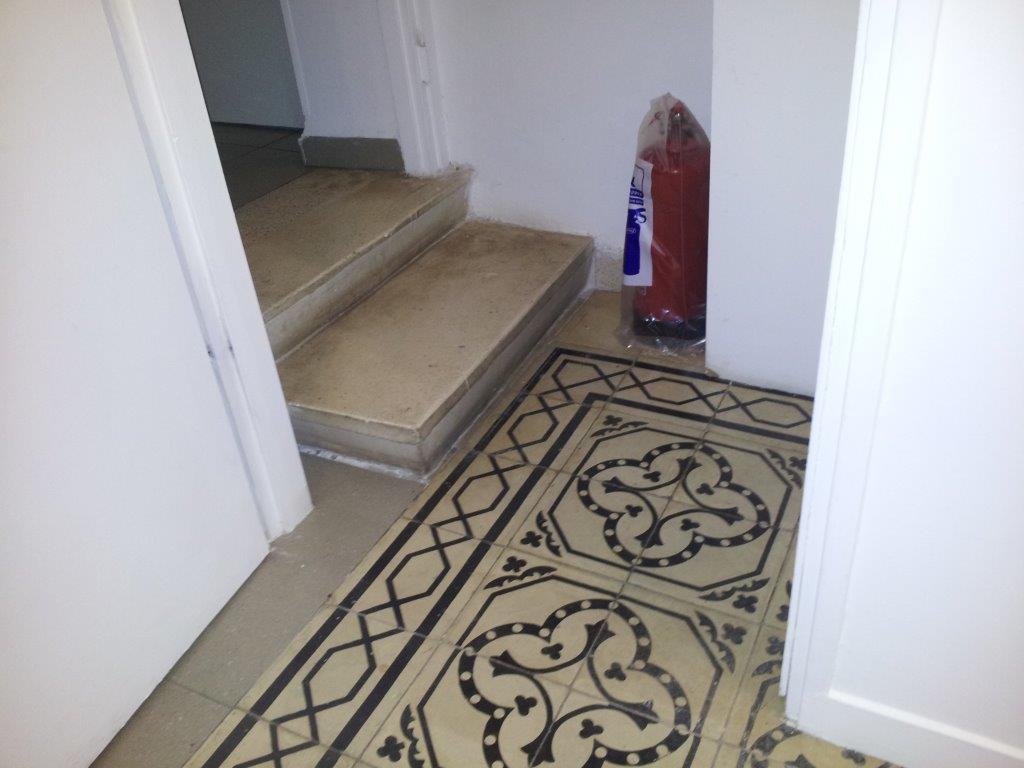 מוזיאון מאנה כץ - מדרגות לשירותים