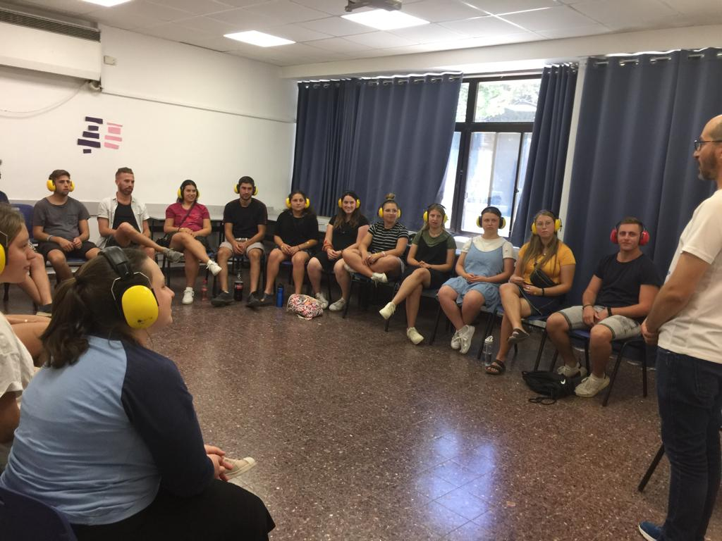 In one room the participants met Yehonatan – a deaf instructor