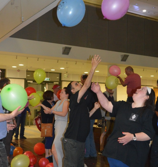 Group members in a joint workshop – Playing with balloons