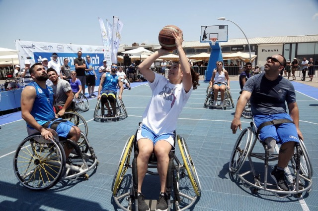 visitors and professionals players in wheelchair basketball